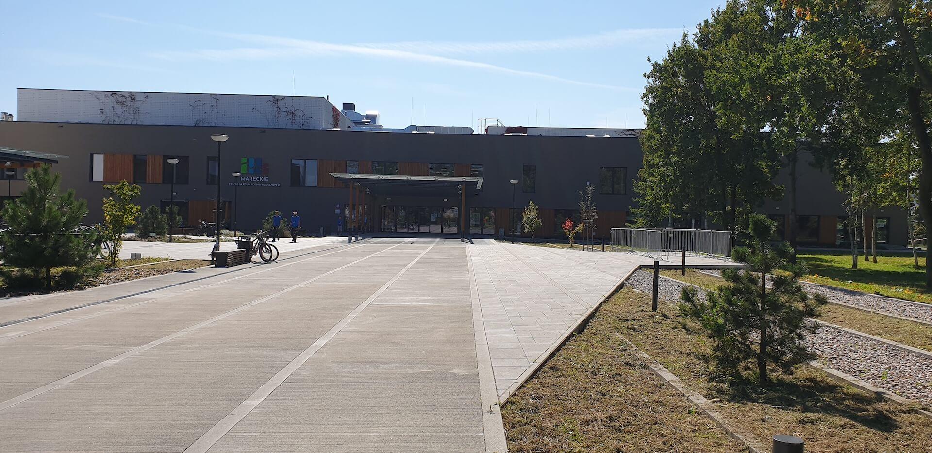 Budynek Mareckiego Centrum Edukacyjno-Rekreacyjnego widok od ulicy Wspólnej