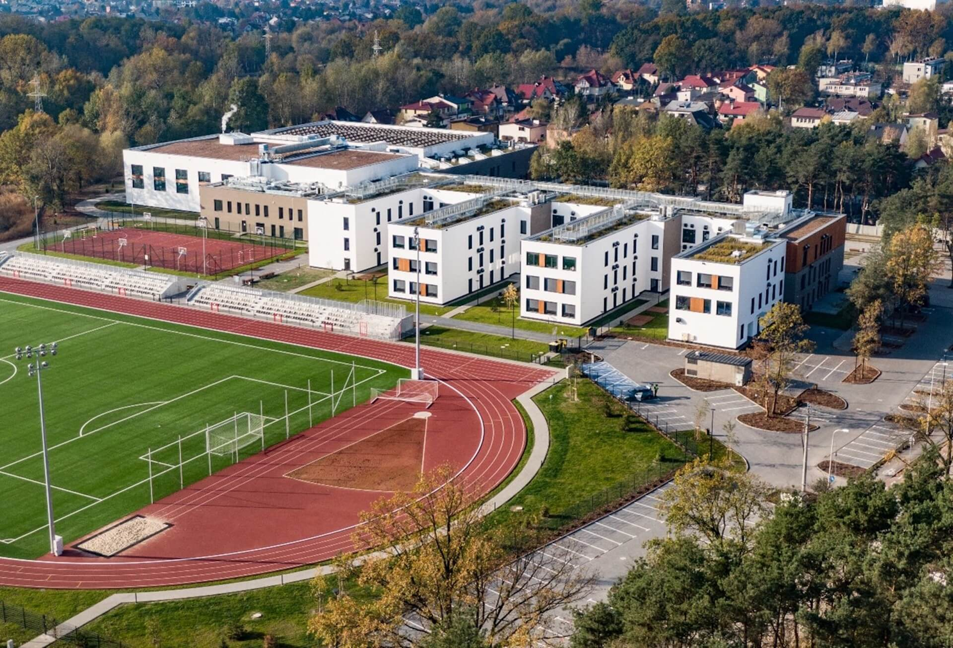 Widok z góry na Mareckie Centrum Edukacyjno-Rekreacyjne, parking i stadion piłkarski