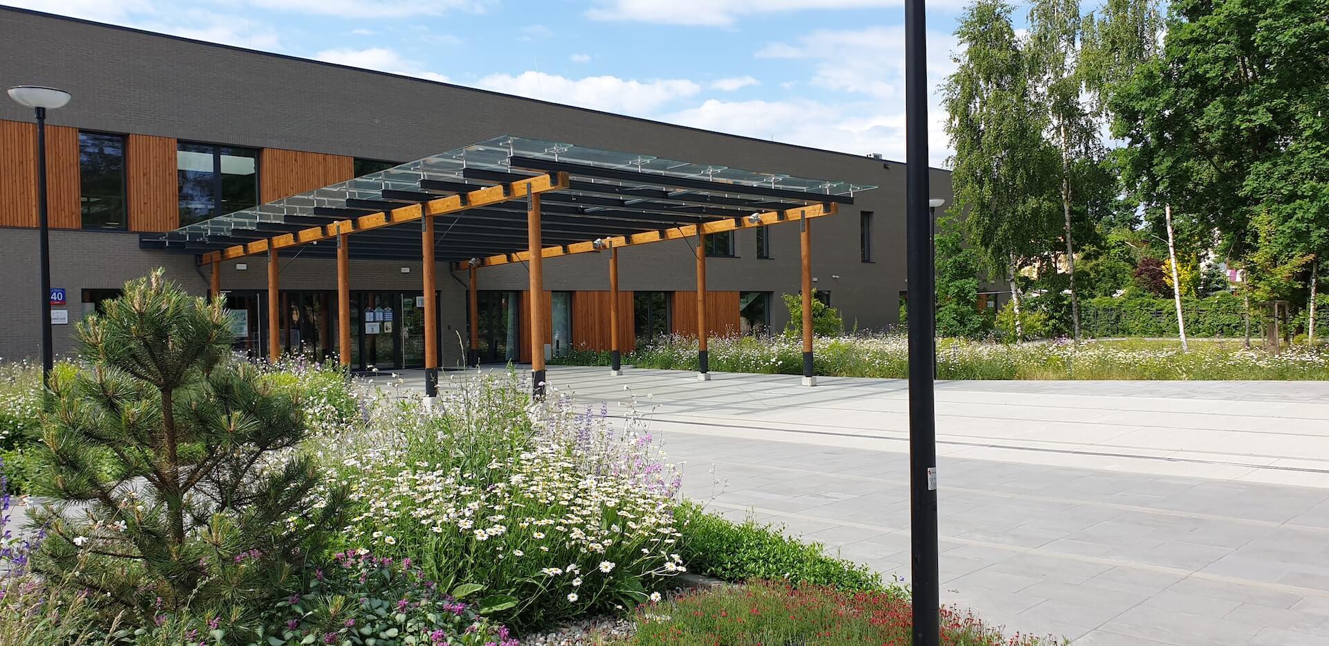 Widok wejścia do budynku Mareckiego Centrum Edukacyjno-Rekreacyjnego (MCER)