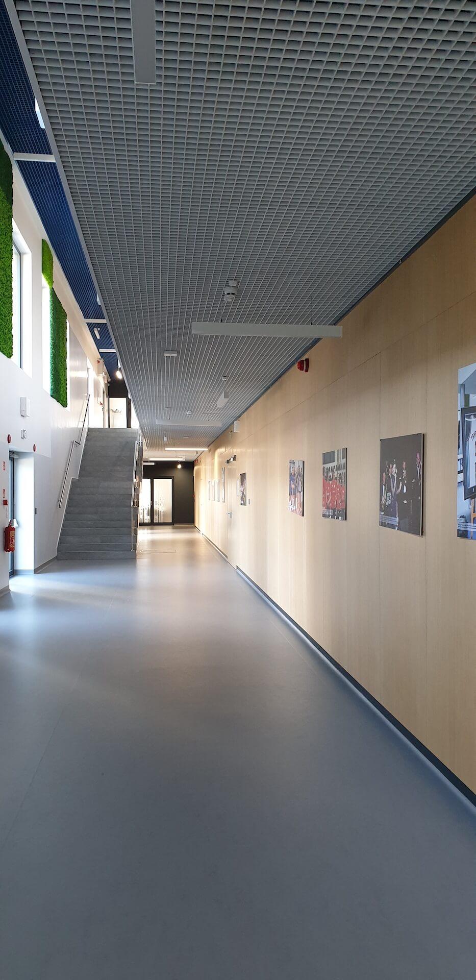 Parter - widok na korytarz i schody prowadzące na pierwsze piętro