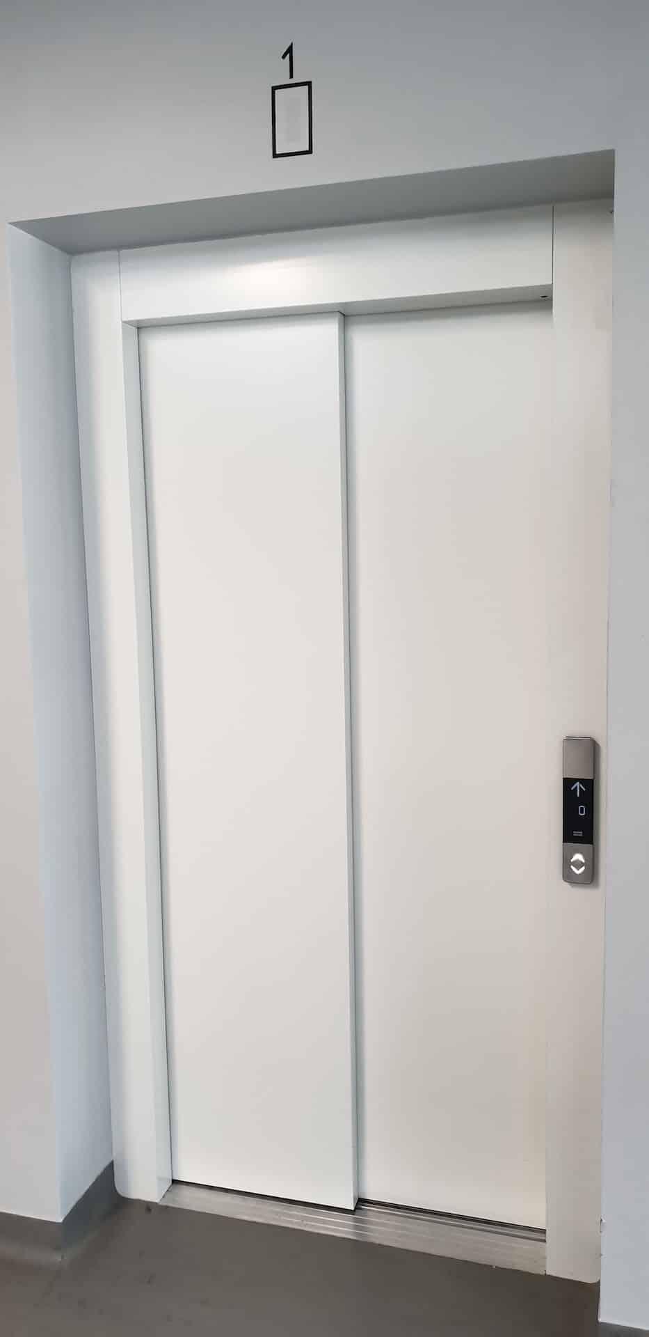 Widok na drzwi windy zlokalizowanej na parterze