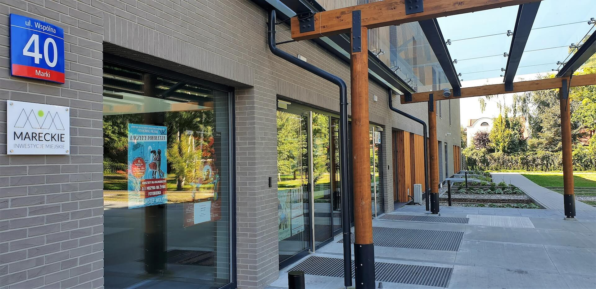 Wejście główne do budynku i biura MIM
